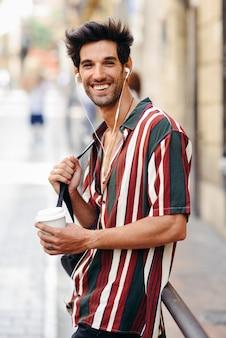 Młody męski podróżnik cieszy się w ulicie