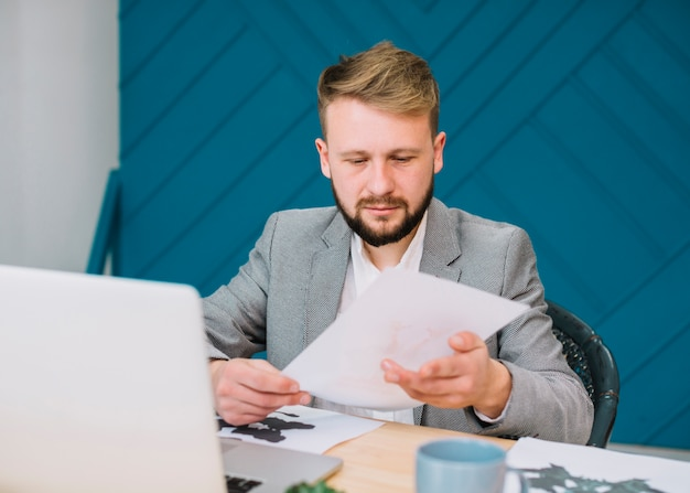 Młody męski psycholog analizuje rorschach inkblot test
