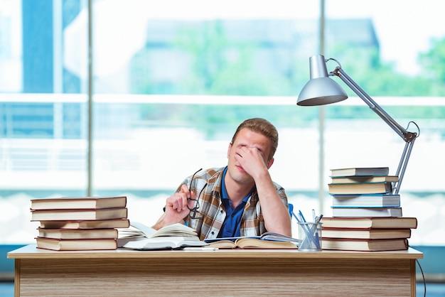 Młody męski uczeń przygotowywa dla wysokich szkolnych egzaminów