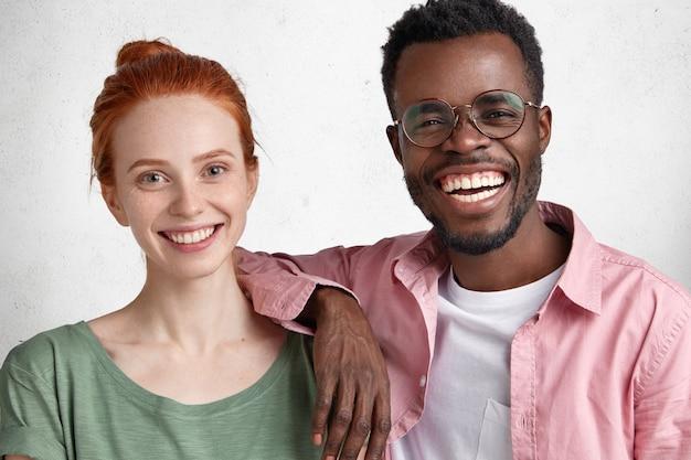 Młody mężczyzna afroamerykanin i rudowłosa kobieta