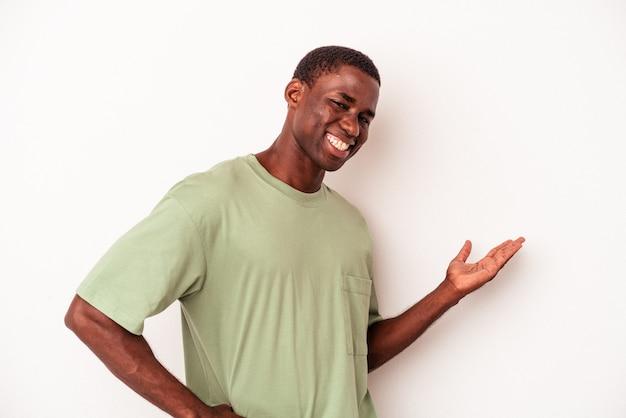 Młody mężczyzna afroamerykanów na białym tle pokazując powitalny wyraz.