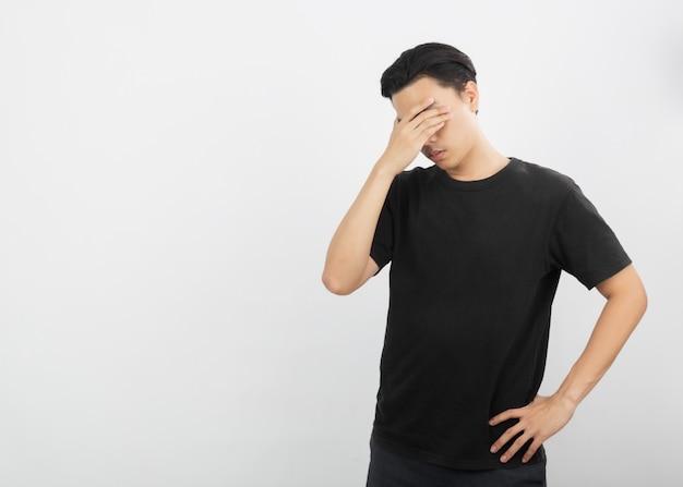 Młody mężczyzna azjatyckich niezadowolony i sfrustrowany czymś.