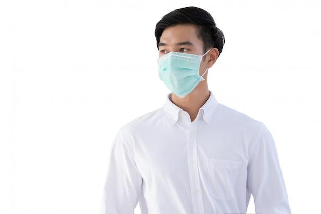 Młody mężczyzna azjatyckich nosić maski medyczne dla koronawirusa ochrony, covid-19 i pm2.5 na białym tle na białej ścianie