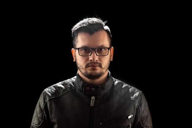 Młody mężczyzna bliska portret, na czarno