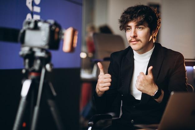 Młody mężczyzna bloger na stacji nagrań