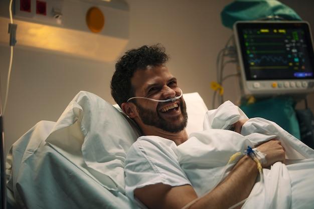 Młody mężczyzna chory w szpitalnym łóżku