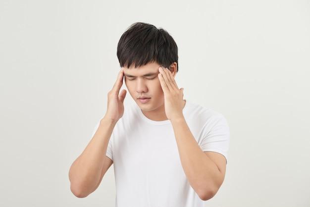 Młody mężczyzna cierpiący na ból głowy