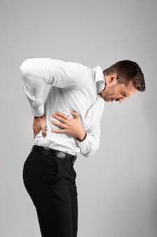 Młody mężczyzna cierpiący na ból pleców