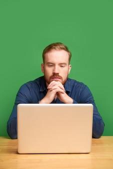 Młody mężczyzna czytający e-mail