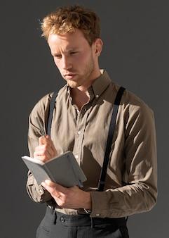 Młody mężczyzna czytanie modelu