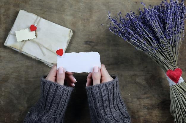 Młody mężczyzna daje dziewczynie bukiet kwiatów lawendy na wakacje