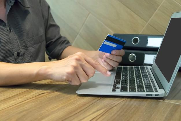 Młody mężczyzna dokonał zakupu online, używając karty kredytowej jako płatności.