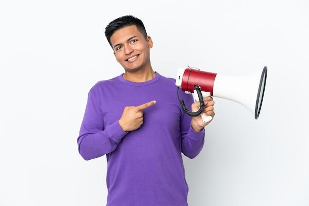 Młody mężczyzna ekwadoru na białym tle na białym tle trzymając megafon i wskazującą stronę