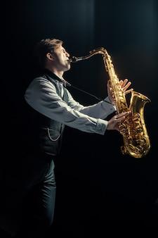 Młody mężczyzna gra na saksofonie