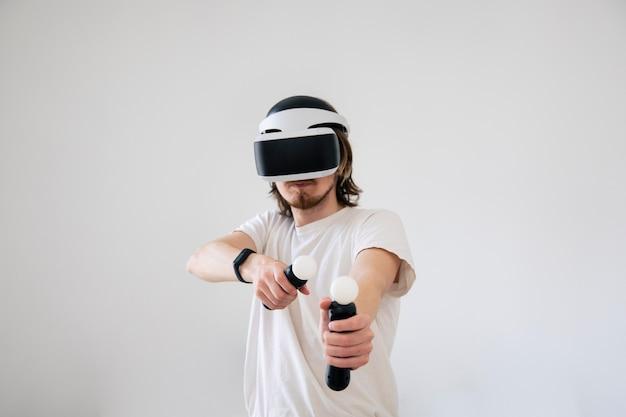 Młody mężczyzna gra w wirtualną rzeczywistość