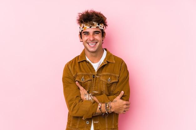 Młody mężczyzna hipster na białym tle młody człowiek idzie na festiwal, śmiejąc się i zabawy.