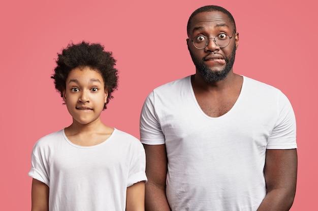 Młody mężczyzna i jego syn z kręconymi włosami