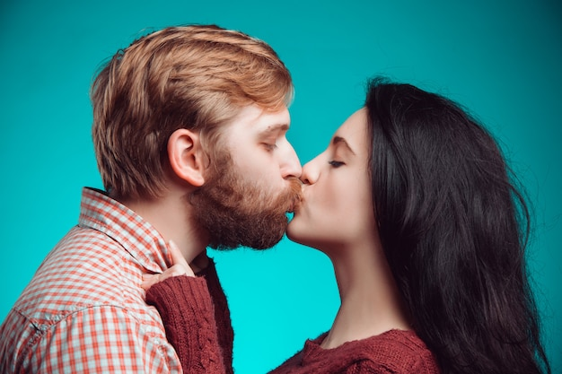 Młody mężczyzna i kobieta całuje
