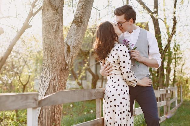 Młody mężczyzna i kobieta para w kwitnącym ogrodzie