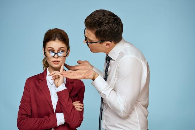 Młody mężczyzna i kobieta pracownicy biurowi komunikują się