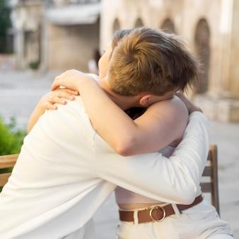 Młody mężczyzna i kobieta przytulają się po zakończeniu kwarantanny