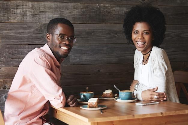 Młody mężczyzna i kobieta siedzi w kawiarni
