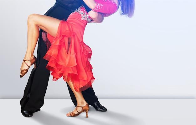 Młody mężczyzna i kobieta tańczą salsę