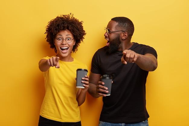 Młody mężczyzna i kobieta trzymając filiżanki kawy