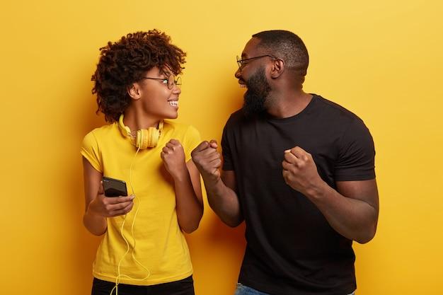 Młody mężczyzna i kobieta trzymając telefon