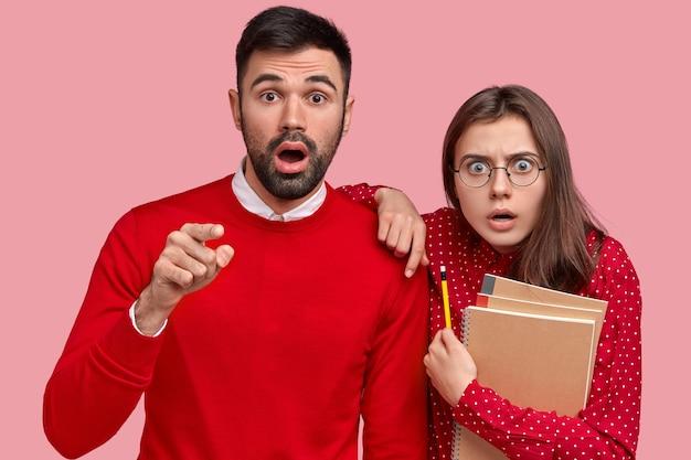 Młody mężczyzna i kobieta ubrana w czerwone ubranie