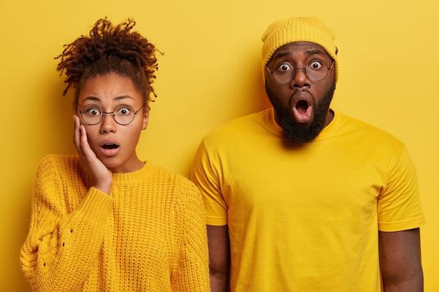 Młody mężczyzna i kobieta ubrani na żółto