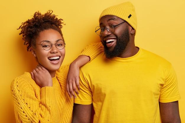 Młody mężczyzna i kobieta, uśmiechając się i pozowanie