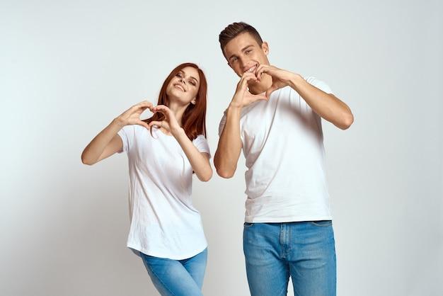 Młody mężczyzna i kobieta w białych koszulkach