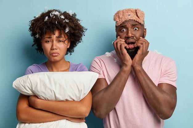 Młody mężczyzna i kobieta z maską snu i poduszką