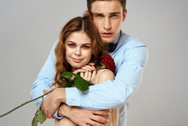 Młody mężczyzna i kobieta z różą