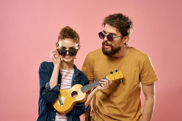 Młody mężczyzna i kobieta z ukulele