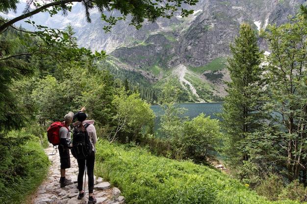 Młody mężczyzna i kobieta zwiedzania drogi w górach