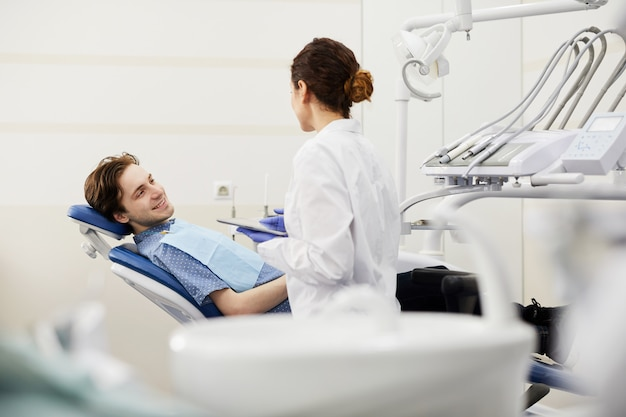 Młody mężczyzna konsultacji dentysty