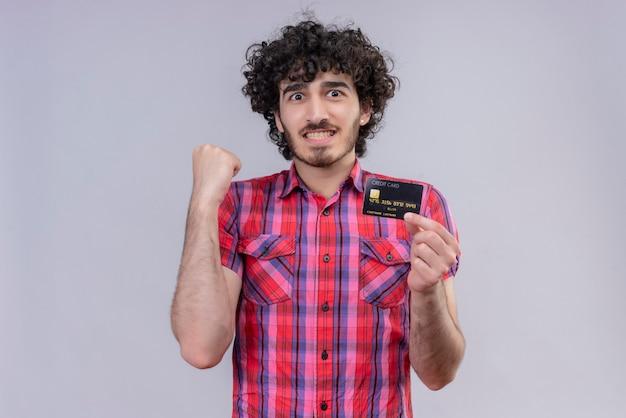 Młody mężczyzna kręcone włosy na białym tle karta bankowa kolorowa koszula