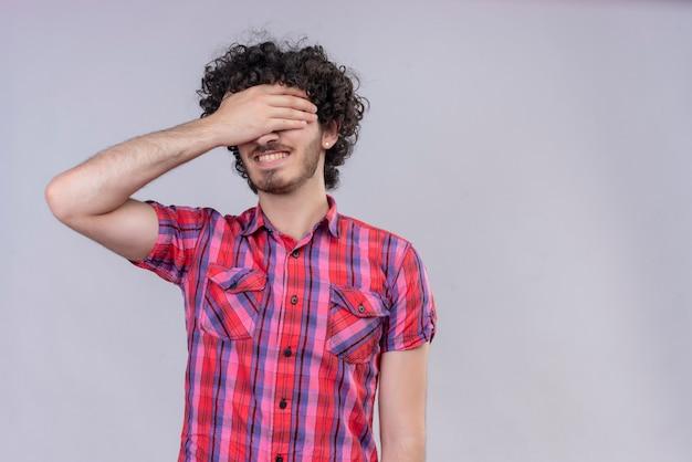 Młody mężczyzna kręcone włosy na białym tle kolorowe koszule przekazują oczy