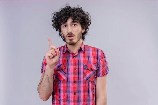 Młody mężczyzna kręcone włosy na białym tle palca pomysł kolorowa koszula