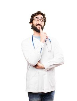 Młody mężczyzna lekarz myśli