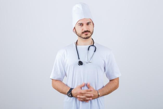 Młody mężczyzna lekarz w białym mundurze