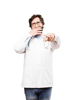 Młody mężczyzna lekarz żartuje