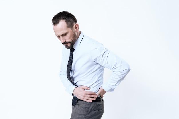 Młody mężczyzna ma ból brzucha.