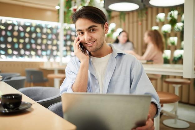 Młody mężczyzna mieszanej rasy, pracujący w kawiarni
