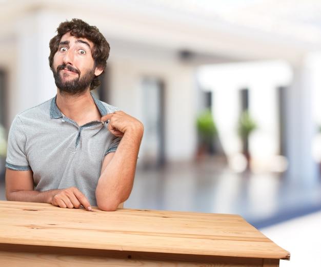 Młody mężczyzna na stole. martwi się wyraz