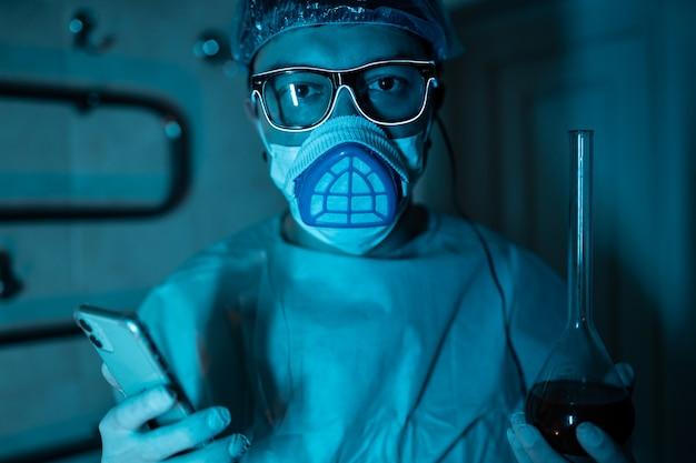 Młody mężczyzna naukowiec przeprowadzający eksperyment naukowy.