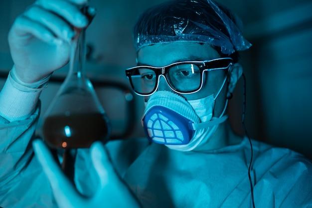 Młody mężczyzna naukowiec przeprowadzający eksperyment naukowy