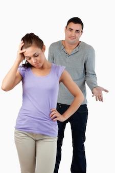 Młody mężczyzna nie ma pojęcia, jak uspokoić swoją dziewczynę